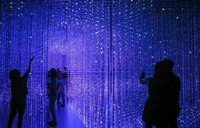 Các đèn led được điều khiển tắt bật theo âm nhạc, hay đổi màu, để tạo ra một cảm giác 4D khác biệt trong không gian.