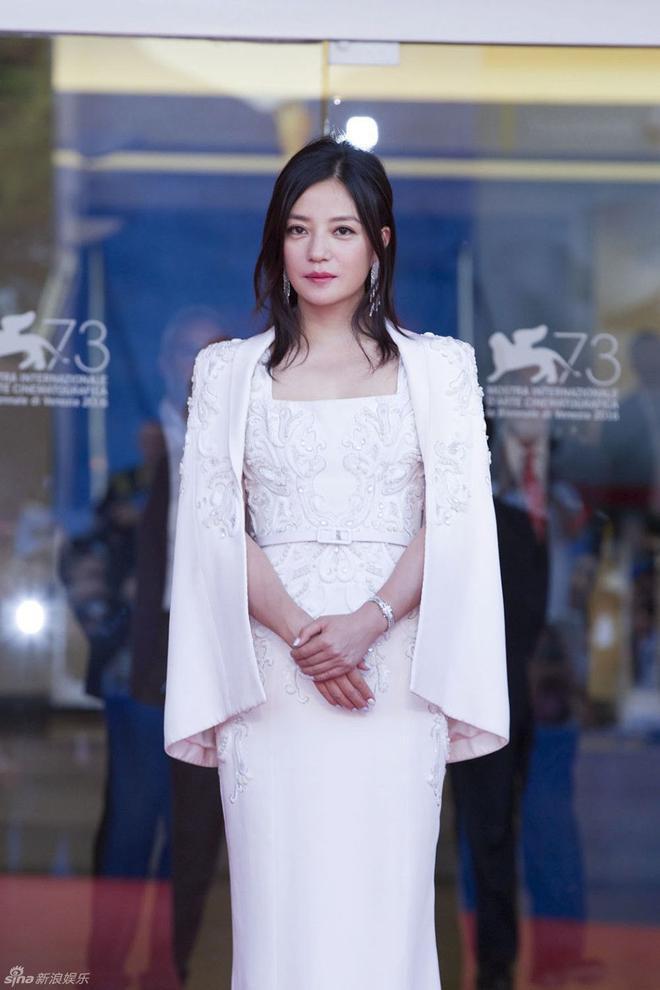 Triệu Vy xuất hiện sang trọng tại thảm đỏ Lễ bế mạc Liên hoan phim Venice 2016.