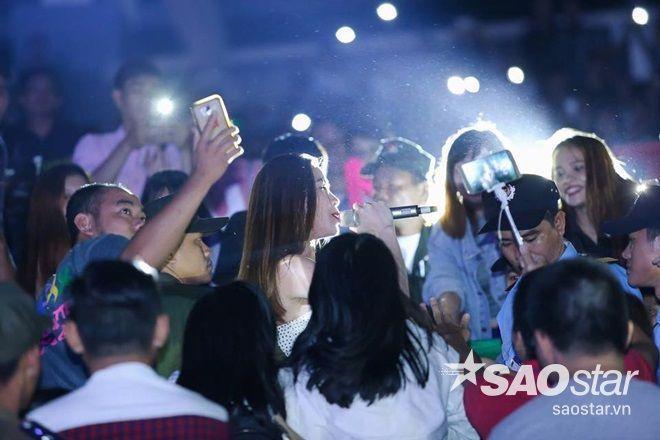 Hồ Ngọc Hà hát hết mình trong vòng vây khán giả.