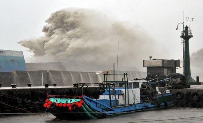 Bão Meranti có sức gió lên đến 300 km/h, giật 360 km/h, gây ra sóng lớn ở cảng Fugang, Đài Trung. Ảnh: CNA.