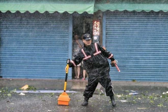 Cảnh sát giao thông dựng tín hiệu cảnh báo trước lối vào một con đường cấm qua lại do ảnh hưởng của bão Meranti. Gần 4000 binh sĩ và cảnh sát được huy động để đối phó với siêu bão này.