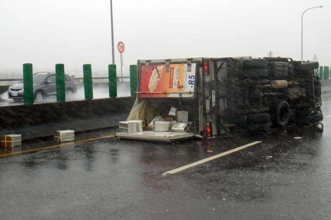 Một chiếc xe tải bị gió bão quật ngã, nằm trên đường. Siêu bão Meranti mạnh ngang siêu bão Haiyan quét qua Philippines hồi năm 2013, khiến 7.000 người thiệt mạng.