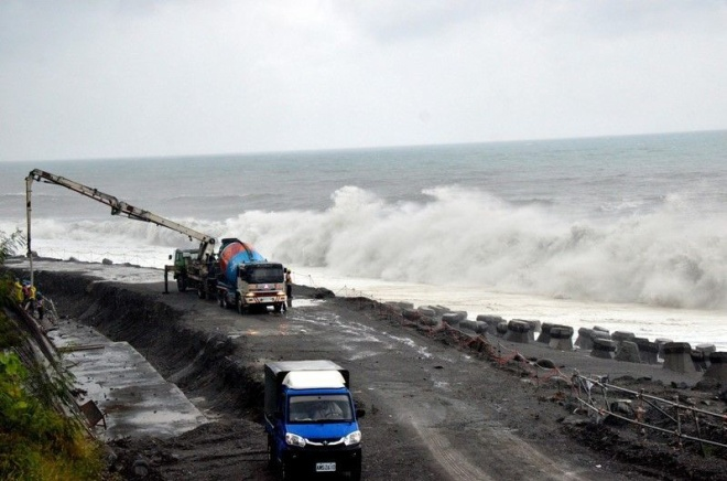 Mưa to và sóng lớn ảnh hưởng đến dự án mở rộng tuyến đường vòng cung cực nam Đài Loan. Tuyến đường dài 100 km nối thành phố Đài Trung với xã Phương Sơn, huyện Bình Đông. Ảnh: CNA.