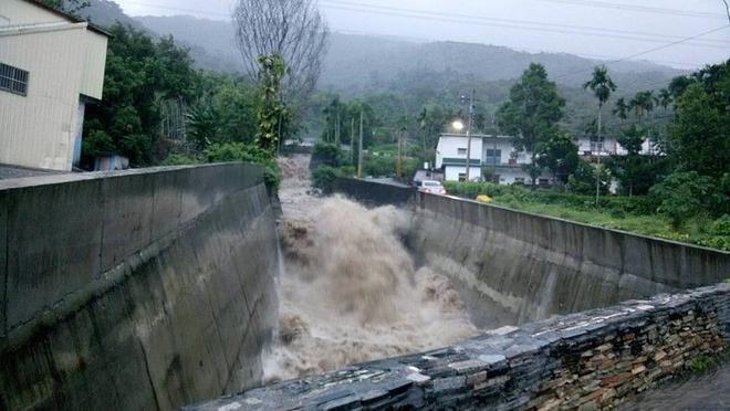 Bão Meranti gây mưa to tại nhiều khu vực miền Trung và miền Nam Đài Loan với lượng mưa lên tới trên 1 m. Mực nước sông suối ở huyện miền núi Hoa Liên dâng cao chỉ trong một đêm, khiến nhiều cây cầu bị nhấn chìm. Ảnh: epochtimes.com.