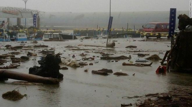 Khung cảnh cảng Fugang, Đài Trung sau khi bão quét qua. Bão Meranti đang di chuyển theo hướng tây bắc qua eo biển Đài Loan với tốc độ 18km/h. Ảnh: CNN.