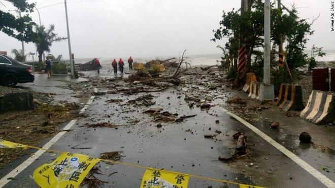 Một số nhân viên đi kiểm tra tình hình hư hại tại cảng Fugang, Đài Trung sau bão. Dự kiến, bão Meranti đổ bộ vào tỉnh Quảng Đông hoặc Phúc Kiến của Trung Quốc vào ngày 15/9. Ảnh: CNN.