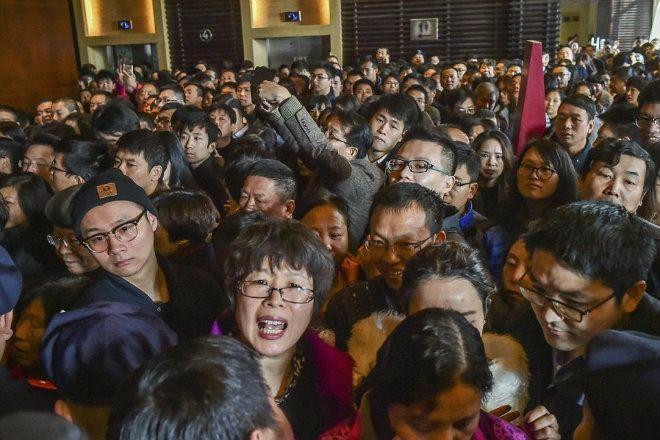 Người dân Trung Quốc chen chúc trong một sự kiện thương mại. Ảnh: Daily Mail.
