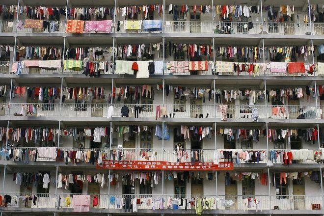 Ban công ký túc xá của một trường đại học ở tỉnh Hồ Bắc. Ảnh: Daily Mail.