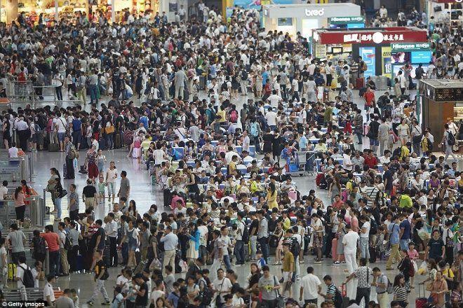Các hành khách tập trung đông ở ga tàu Hồng Kiều, Thượng Hải, trong dịp nghỉ lễ. Ảnh: Getty.