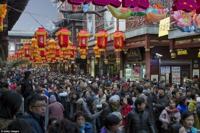 Người dân Trung Quốc trong lễ hội đèn lồng được tổ chức thường niên ở Thượng Hải. Ảnh: Getty.
