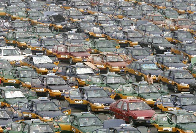Với dân số toàn quốc hơn 1,3 tỷ người, nhiều đô thị Trung Quốc có mật độ dân cư cao và trở nên quá tải vào giờ cao điểm. Tắc nghẽn giao thông là một trong những hệ quả của việc gia tăng dân số. Đường phố không còn chỗ trống, những chiếc xe nằm bất động trên nhiều cây số. Ảnh: Daily Mail.