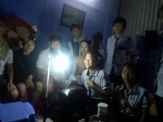 Một nhóm học sinh khoảng 10 người đến xăm hình tại một cơ sở ở TP Kon Tum.