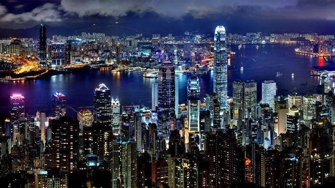 Nói đến Hong Kong, du khách sẽ nghĩ ngay đến sự tráng lệ. Các công trình hiện đại hòa quyện với phong cảnh thiên nhiên thơ mộng đã tạo nên nét hấp dẫn cho xứ Cảng thơm.