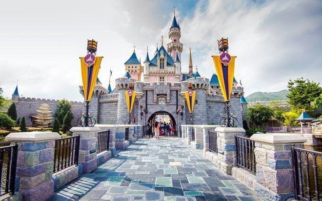Hong Kong còn nổi tiếng với những công trình hoành tráng, hiện đại hàng đầu châu Á và thế giới như Disneyland, Sky 100…