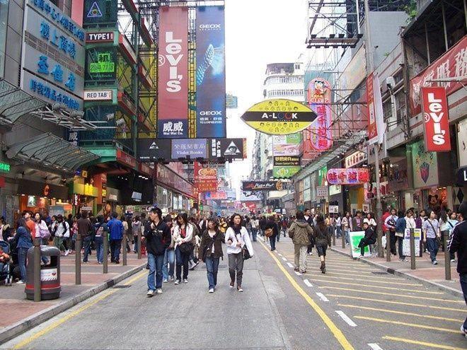 Ngoài các khu mua sắm Causeway Bay, The Landmark…, những con đường luôn luôn nhộn nhịp như phố dành cho đàn ông Temple, phố bán đồ kỹ thuật số Mong Kok, phố đồ chơi Tai Yuen, phố thể thao Garden hay Tong Choi phục vụ phái đẹp… rất đáng để du khách trải nghiệm.