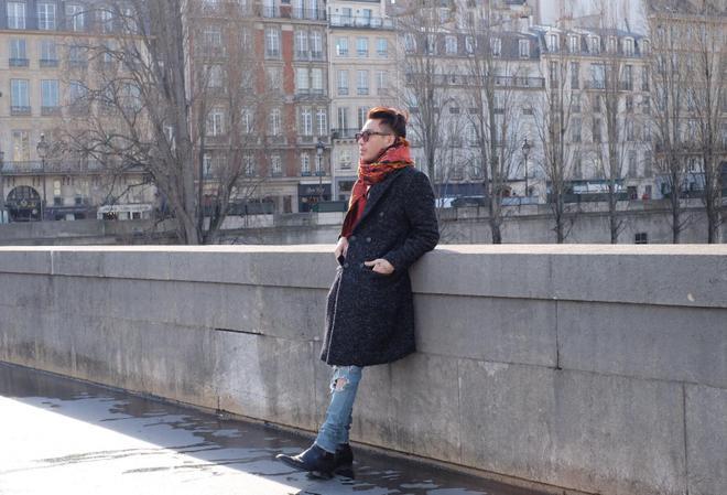 Đối với tiết trời se lạnh của mùa thu/đông thì mẫu áo trench coat chính là lựa chọn yêu thích của anh chàng Hoàng Ku nói riêng và các bạn trẻ yêu thời trang nói chung. Hãy biến hóa hình ảnh bản thân trở nên thanh lịch và sang trọng cùng item này nào!