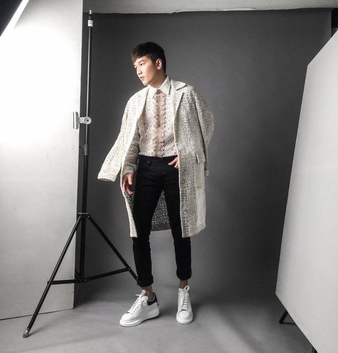 Nếu không muốn bản thân trông quá nhàm chán thì các tín đồ cũng nên lựa chọn những mẫu áo khoác dáng dài có chất liệu đặc biệt như ren, chiffon,.. Chàng stylist Lê Minh Ngọc chính là một trong những ví dụ điển hình.