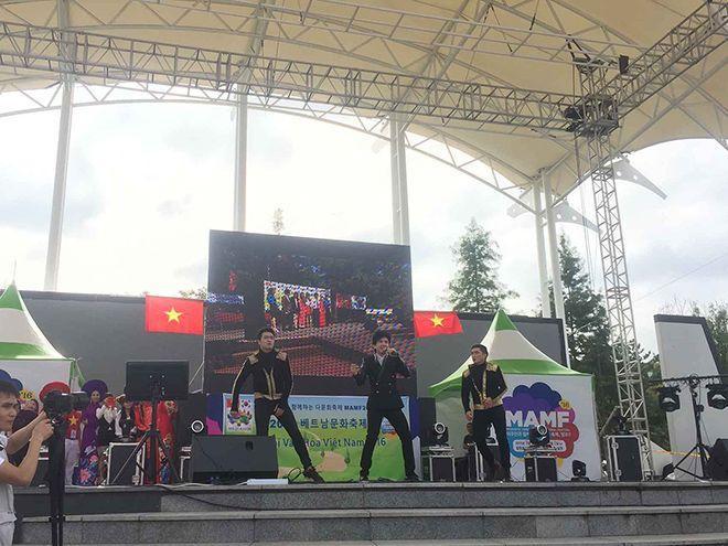 Đan Trường đã biểu diễn hơn 60 phút và làm khán giả tại lễ hội cuồng nhiệt theo từng bài hát.