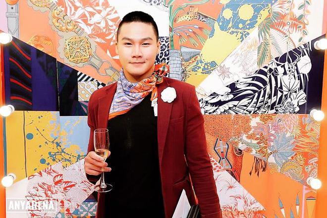 Chàng stylist Khuất Năng Vĩnh lại biến hóa chúng trở nên lịch lãm, phá cách trong việc phối hợp với áo blazer cùng nút thắt lệch độc đáo.