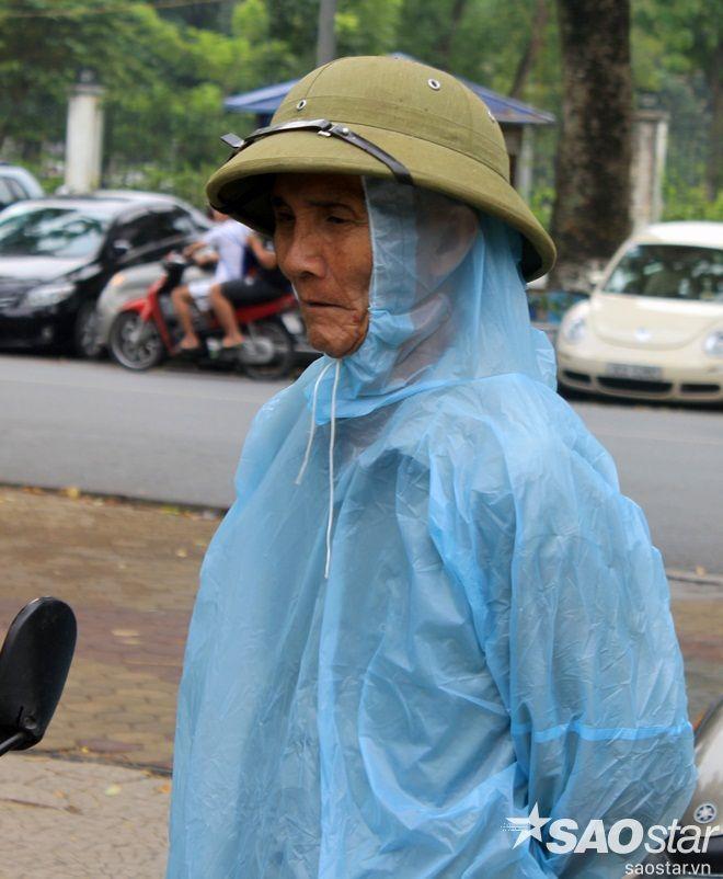 Cụ ông này còn khoác lên mình chiếc áo mưa để chắn gió….