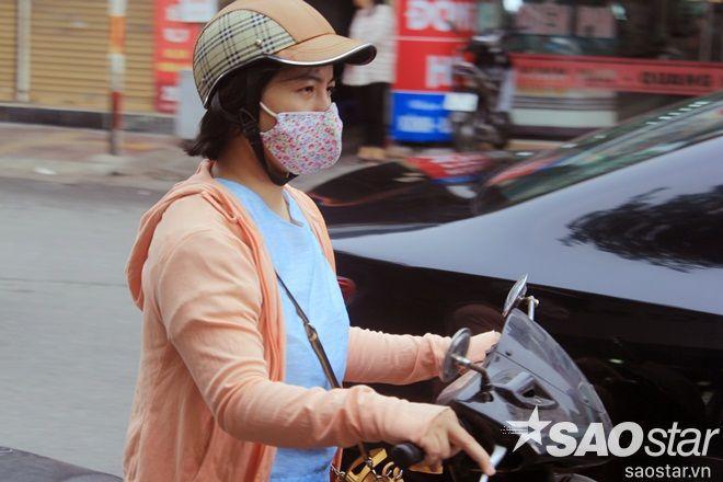Nhiều người dân Hà Nội đi đường vào sáng nay cảm nhận rõ rệt thời tiết se lạnh kèm theo gió.