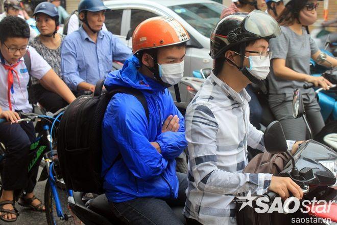 Ở khu vực thông thoáng, đón gió, nhữngngười đi xe máy co mình trong áo bởi những cơn gió lạnh.