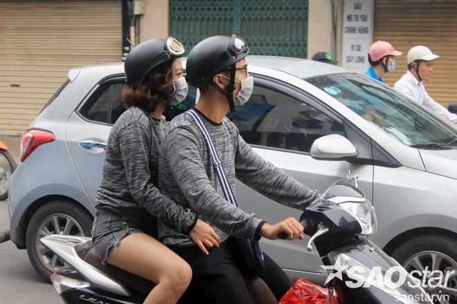 Cặp đôi này tranh thủ thời tiết lạnh để diện đồ áo thu đông đôi.