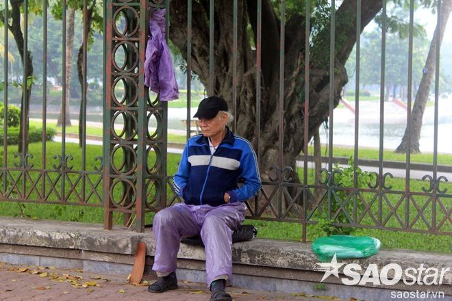 Những cụ già vẫn dậy sớm như thường lệ và mặc thật ấm để ra công viên Thống Nhấttập thể dục.