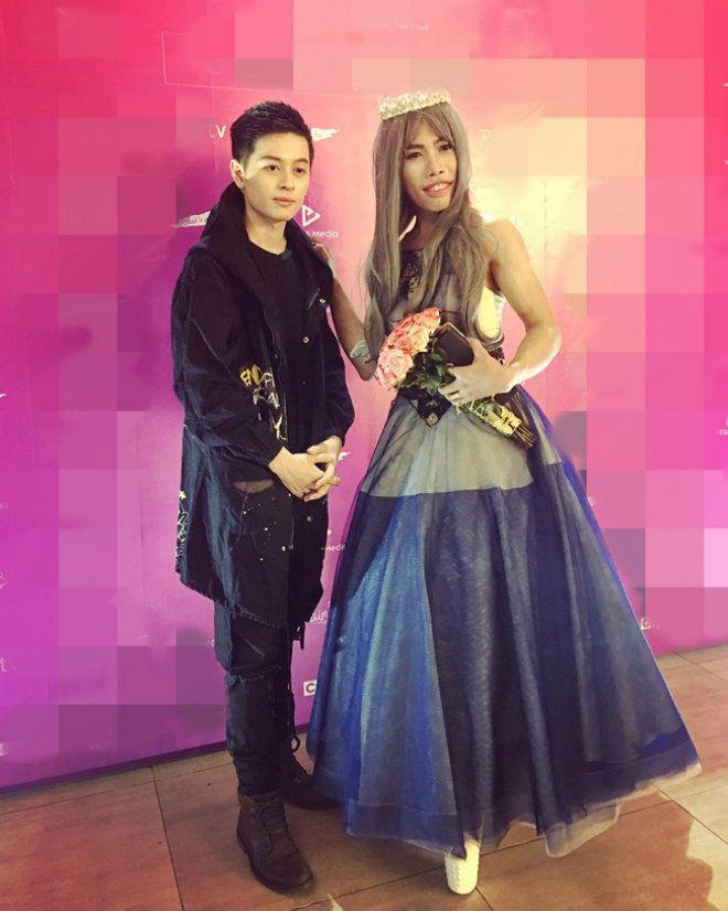 Tùng Sơn mặc váy, đội vương miện cùng bạn trai soái ca đi dự sự kiện ảnh 0