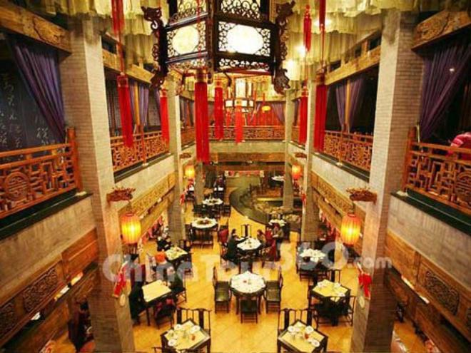 Theo đánh giá của nhiều du khách, địa chỉ có vịt quay Bắc Kinh ngon nhất là những quán nằm trên đường Vương Phủ Tỉnh - con phố được mệnh danh là không ngủ ở thủ đô Trung Quốc. Ảnh: Ebeijing.