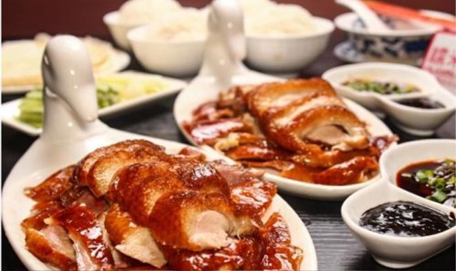 """Nhiều du khách khi tới Bắc Kinh ăn vịt quay thường rất ngạc nhiên, vì bữa tiệc thịnh soạn mà họ được nhà hàng chiêu đãi chỉ có một món chính là vịt. Người Trung Quốc gọi đó là """"độc vị"""" - bữa ăn có một vị duy nhất. Ảnh: Chinesefoodjourney."""