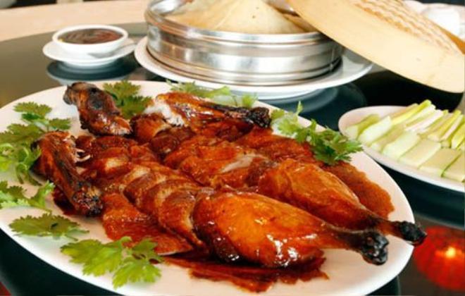 Theo những người Trung Quốc sành ăn, vịt được chọn để làm món này là những con cánh và chân ngắn, mình dài, ức rộng. Thịt của chúng có một lớp mỡ giữa các thớ. Sau đó người ta sẽ thoa lên da vịt một lớp hỗn hợp mạch nha. Ảnh: Empressgardenrestaurant.