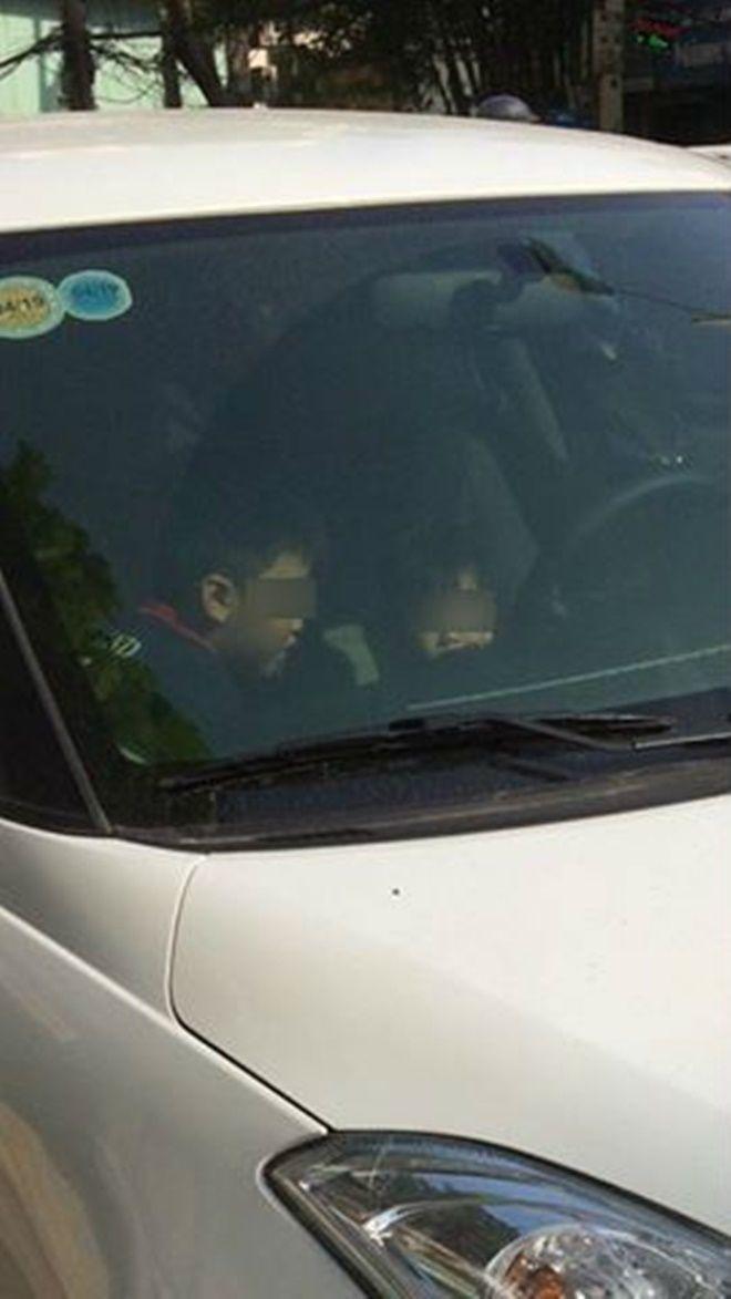 2 bé trai ngồi trong xe ô tô đang nổ máy suốt 20 phút khiến nhiều người hốt hoảng. Nguồn: otofun