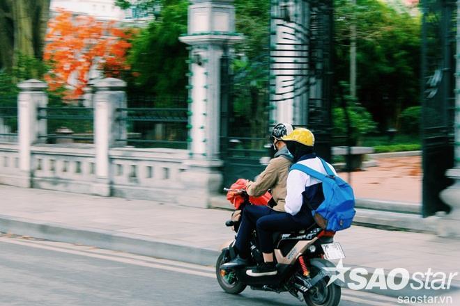 Mặc dù đầu tuần, nhưng trời mưa rét nên người dân ít ra đường. PhốBảo Khánh vắng vẻ hơn hẳn ngày thường.