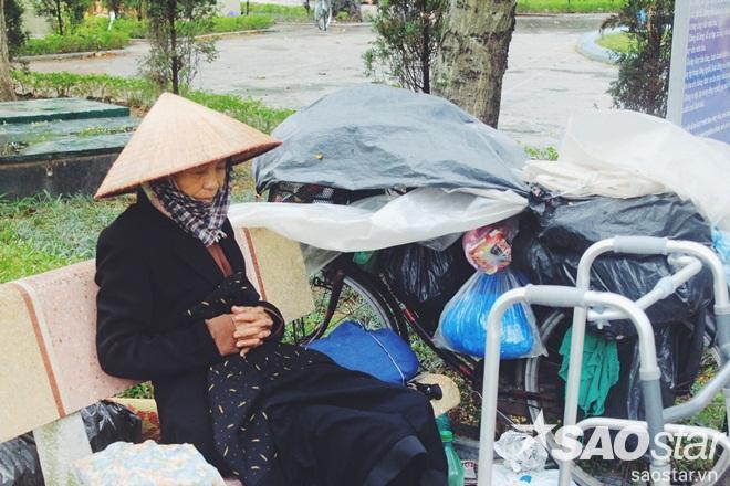 Một phụ nữ vô gia cư co ro trong cái lạnh giá.