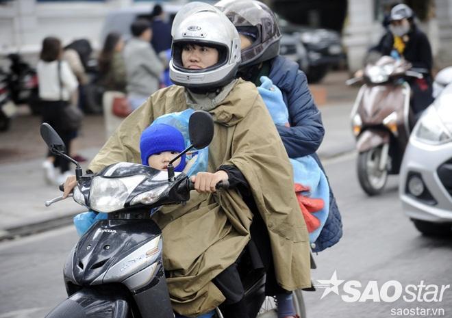 Nhiều bậc phụ huynh phải trang bị cho con mình mũ len, áo khoác dày để tránh gió. Bởi thời tiết lạnh là nguyên nhân dẫn đến những căn bệnh về hô hấp.