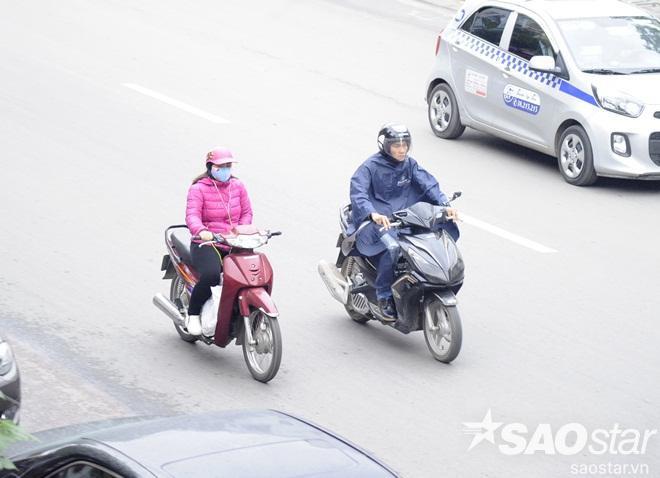 Người đi đường di chuyển nhanh đến cơ quan.