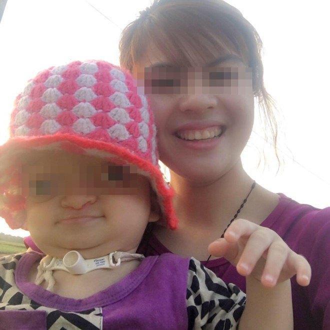 Người mẹ trẻ luôn luôn mỉm cười hạnh phúc khi thấy con khỏe mạnh mỗi ngày. Ảnh: FBNV.