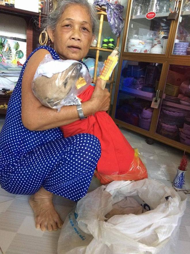 Người phụ nữ này coi chú chó như một đứa con vì thế khi chú chó chết bà đã quấn vải đỏ như người mất.
