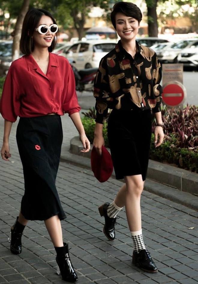Người đẹp luôn biết đâu là ưu điểm và khuyết điểm của mình khi hòa phối trang phục. Chiếc áo sơ mi đỏ cùng chân váy dáng chữ A và đôi boots da bóng cá tính cũng chính là tips hay ho dành cho các tín đồ yêu thời trang từ cô nàng Quỳnh Chi.