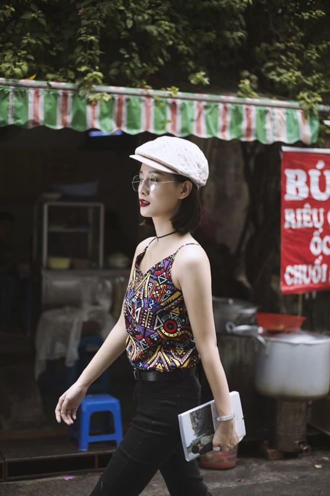 Set đồ đơn giản áo 2 dây in họa tiết - quần jeans đen được người đẹp nhấn nhá thêm mẫu nón Beret vừa cổ điển mà lại hợp thời tiết tại Hà Nội.