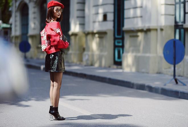 """Xuất hiện tại VIFW 2016, Quỳnh Chi khiến cánh săn ảnh """"ngẩn ngơ"""" vì bộ trang phục siêu chất của mình. Cô nàng là một trong những tín đồ thời trang nhanh nhạy trong việc cập nhật trào lưu thế giới như mũ nồi, áo thêu hoa hay chân váy da bóng cá tính."""