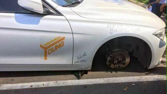 Chiếc BMW trị giá hàng tỉ đồng bị trộm mất bánh trước – Ảnh: FB