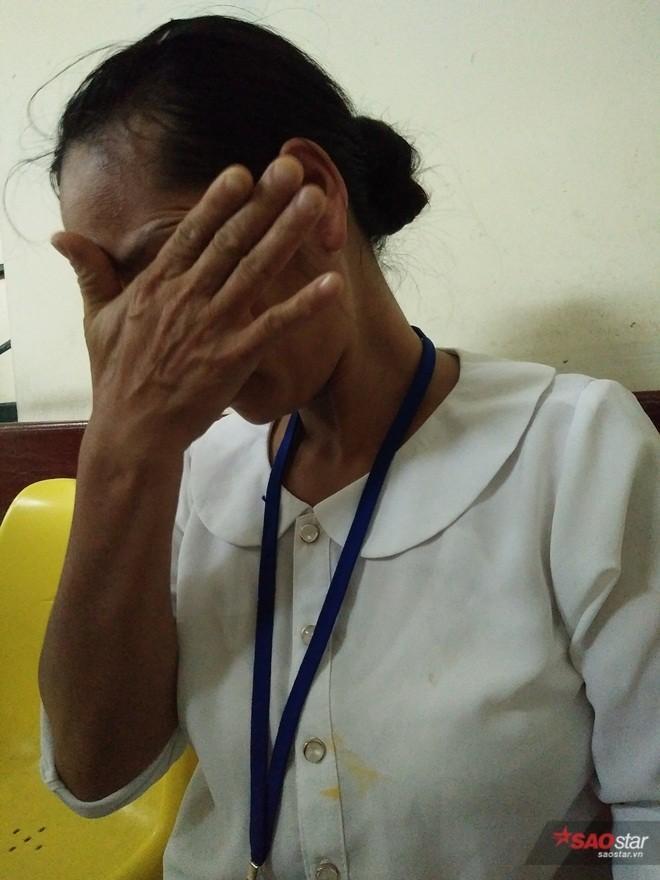 Chị Hoa khóc nghẹn khi kể chuyện với phóng viên.