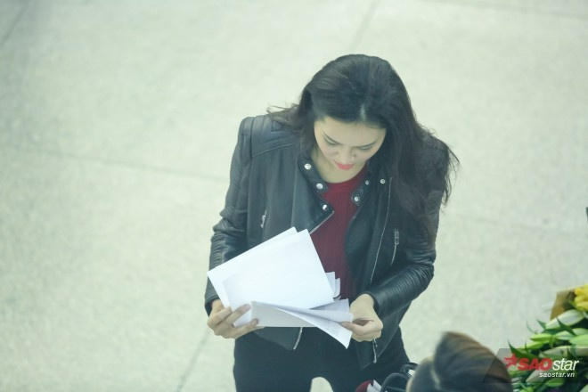 Người đẹp kiểm tra lại những giấy tờ cần thiết.