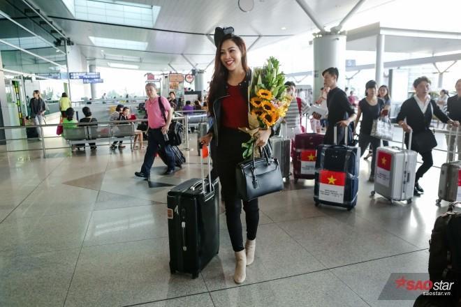 Tại sân bay, Diệu Ngọc gây chú ý với chiều cao nổi bật 1m83, đôi chân dài miên man cùng vẻ ngoài thanh tú đậm chất Á đông.