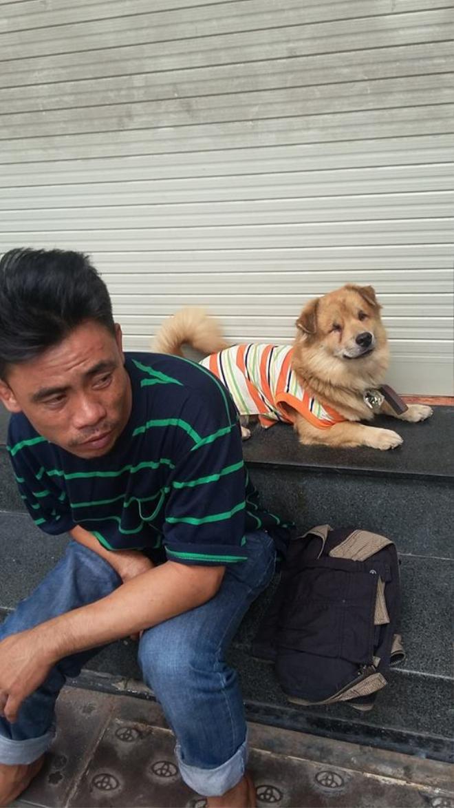 Anh bị ai đó lấy cắp đồ nghề và thức ăn của chú chó mù.