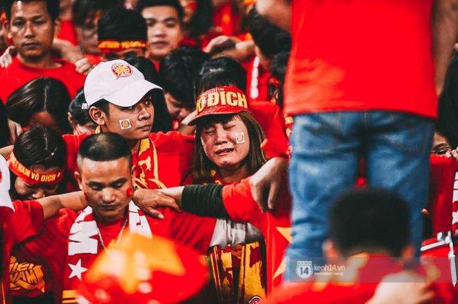 Cảm xúc hạnh phúc đó trở thành cay đắng khi tuyển Việt Nam để thủng lưới trong hiệp phụ, qua đó chính thức phải nói lời chia tay với AFF Cup 2016.
