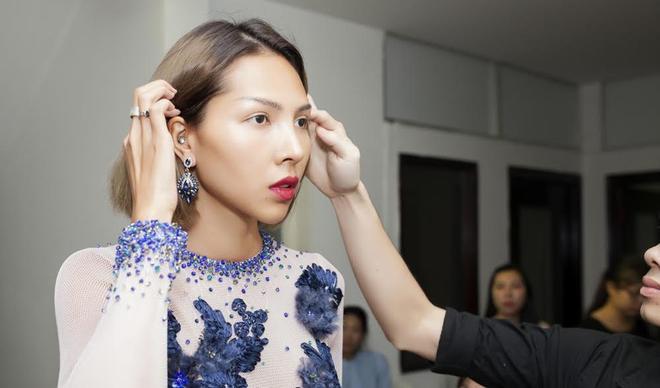 Siêu mẫu Minh Triệu xuất hiện trong buổi fitting đồ của NTK Lê Thanh Hòa.