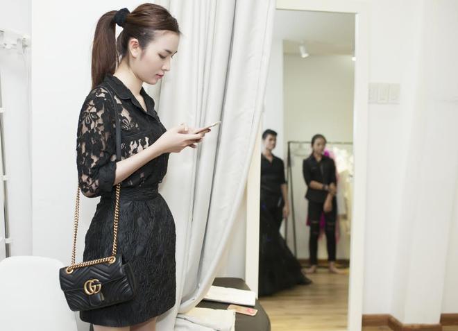Ngọc Loan The Face cũng xinh đẹp không kém trong buổi fitting trang phục của NTK.